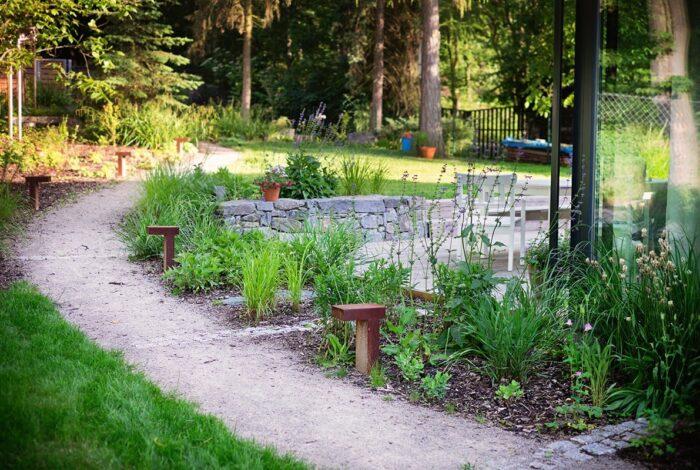 Důkazem, že i na malém projektu se dá hodně ukázat je Zahrada s houpačkou od Flera design