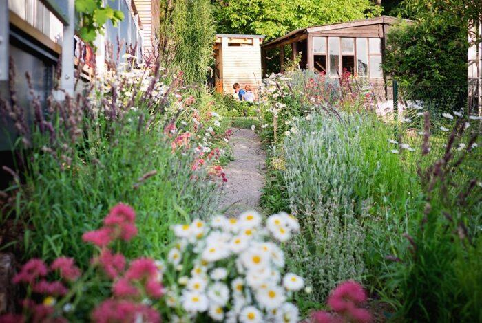 Zahrada s houpačkou je dílem architektů z atelieru Flera, které okouzluje svými detaily