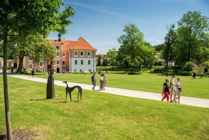 Víkend otevřených zahrad na zámku Mitrowicz se vydařil a atelier Flera sklidil úspěch
