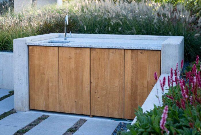 Součástí projektu Zahrada pro tři generace od Flera design je i venkovní kuchyně