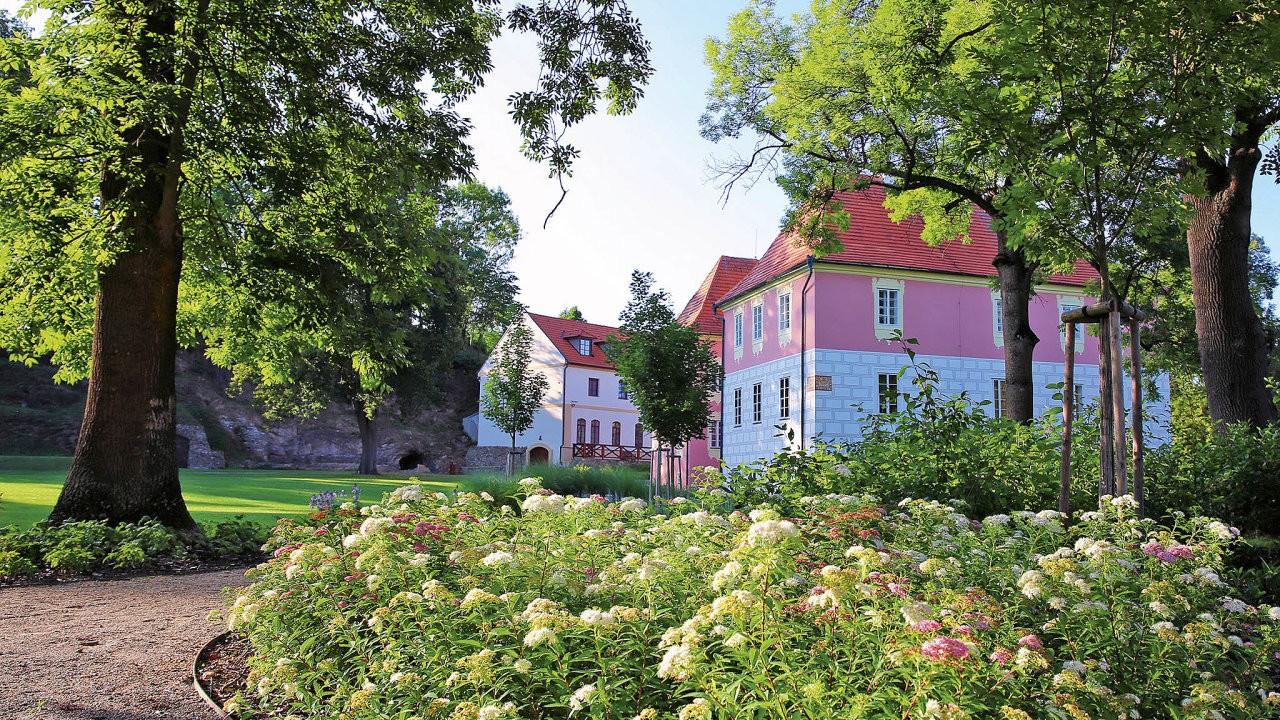 Zahradní architektura od Flera design působivě dokresluje vzhled jedinečných nemovitostí