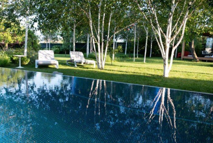 Tato minimalistická zahrada v Košicích je dílem zahradních architektů z atelieru Flera