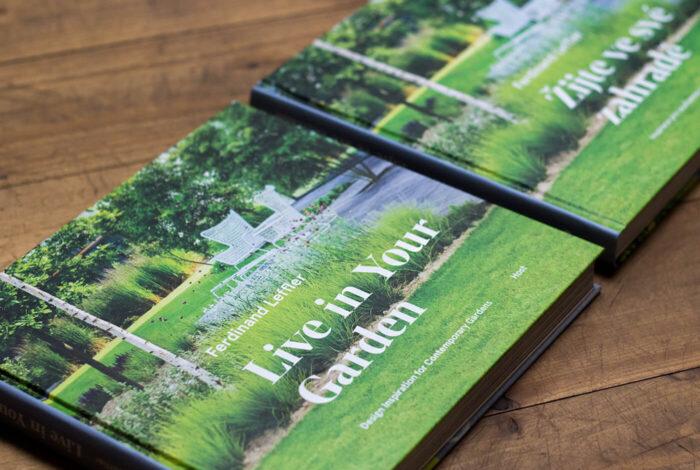 Kniha žijte ve své zahradě od Ferdinanda Lefflera vyšla i v angličtině.