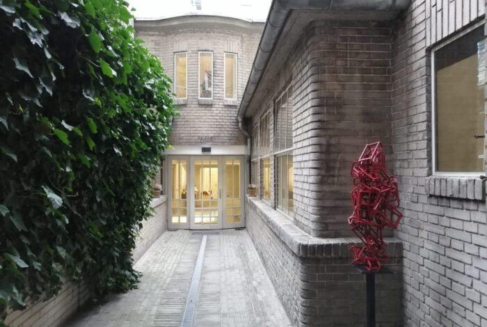 Pohled na vchod do podniku Záletná při křtu knihy Zelené pokoje