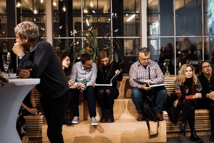 Lidé poprvé listují novou knihou Ferdinanda Lefflera Zelené pokoje na jejím křtu v podniku Záletná